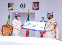Governor Simon Lalong receiving the sum of N10 million