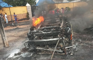 Eight injured, vehicle burnt as Akeredolu, Jegede supporters clash