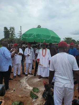 Obi Ifechukwude Aninshi Okonjo II visits Otulu Ogwashiku-Uku